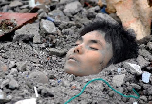 Terkubur-gempa